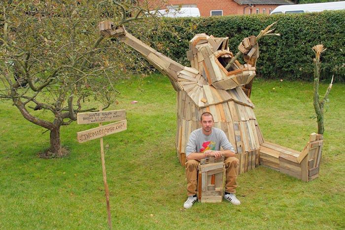 گروه اینترنتی پرشیـن استار | www.Persian-Star.org خلق مجسمه های چوبی از مواد بازیافتی خلق مجسمه های چوبی از مواد بازیافتی 0513