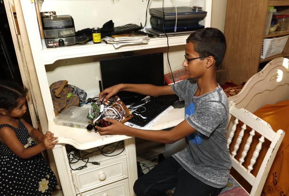 چرا همه دنبال احمد محمد 14 ساله میگردند؟ از ناسا تا کاخ سفید! / عکس چرا همه دنبال احمد محمد 14 ساله میگردند؟ از ناسا تا کاخ سفید! / عکس 15 9 17 12653NM 16Ahmed10