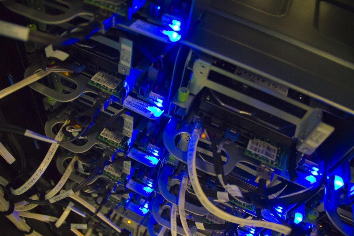 مغز فیس بوک؛ مکانی که عکس و دیتای 1.4 میلیارد کاربر فعال در آنجا ذخیره و مدیریت میشود را ببینید مغز فیس بوک؛ مکانی که عکس و دیتای 1.4 میلیارد کاربر فعال در آنجا ذخیره و مدیریت میشود را ببینید 15 9 20 2339148