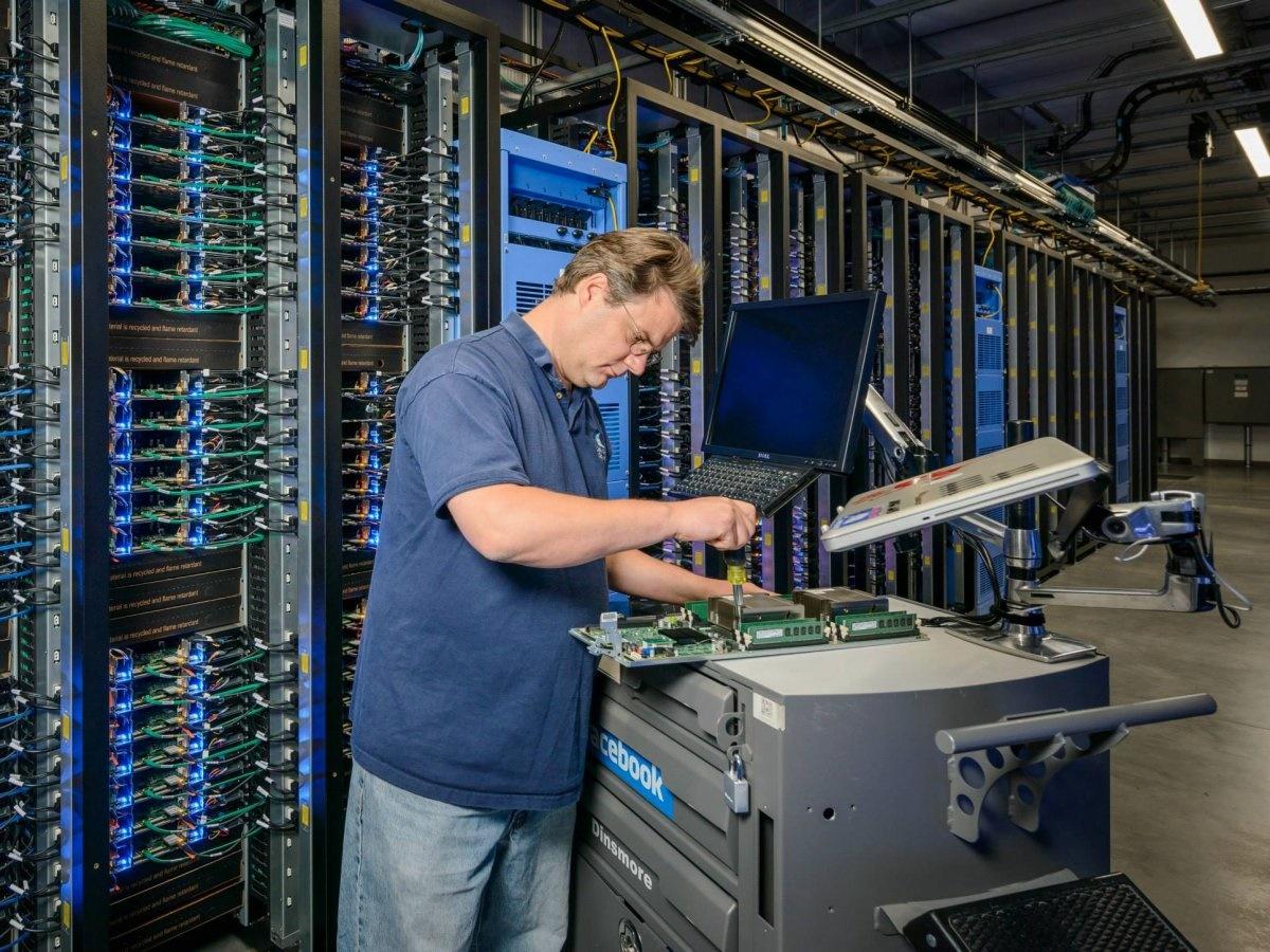 مغز فیس بوک؛ مکانی که عکس و دیتای 1.4 میلیارد کاربر فعال در آنجا ذخیره و مدیریت میشود را ببینید مغز فیس بوک؛ مکانی که عکس و دیتای 1.4 میلیارد کاربر فعال در آنجا ذخیره و مدیریت میشود را ببینید 15 9 20 23413711