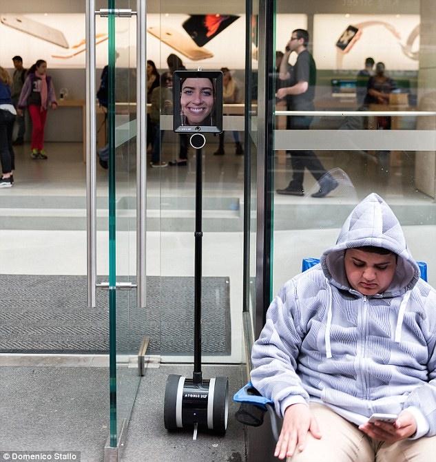 تصاویری از مردمی که در صف خوابیدند تا آیفون جدیدرا بخرند/ اولین زن استرالیایی که با روبات آیفون خرید تصاویری از مردمی که در صف خوابیدند تا آیفون جدیدرا بخرند/ اولین زن استرالیایی که با روبات آیفون خرید 15 9 25 1534542CB4100300000578 3247090 Lucy Kelly is third in line at Sydney s apple store and plans to m 1 1443127378049