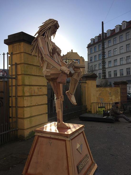 گروه اینترنتی پرشین استار | www.Persian-Star.org خلق مجسمه های چوبی از مواد بازیافتی خلق مجسمه های چوبی از مواد بازیافتی 2481