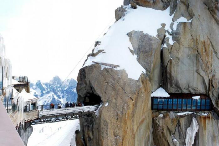 فرانسه ۱۰ پل که عبور از آنها لرزه به اندامتان میاندازد ۱۰ پل که عبور از آنها لرزه به اندامتان میاندازد Aiguille du Midi bridge2