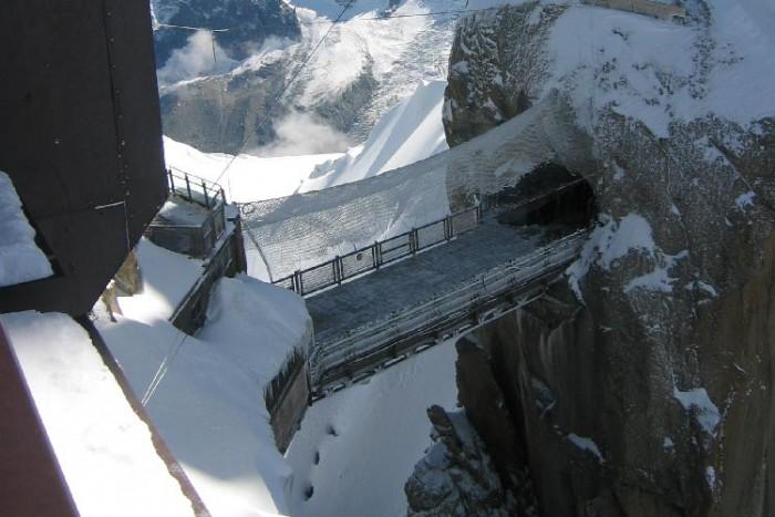 فرانسه ۱۰ پل که عبور از آنها لرزه به اندامتان میاندازد ۱۰ پل که عبور از آنها لرزه به اندامتان میاندازد Aiguille du Midi bridge3