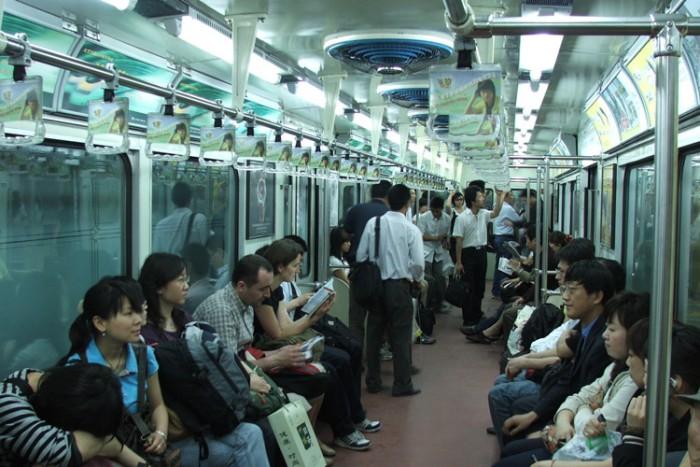 Beijing_Metro_inside_train_9370 بزرگترین شبکه های مترو جهان بزرگترین شبکه های مترو جهان Beijing Metro inside train 9370