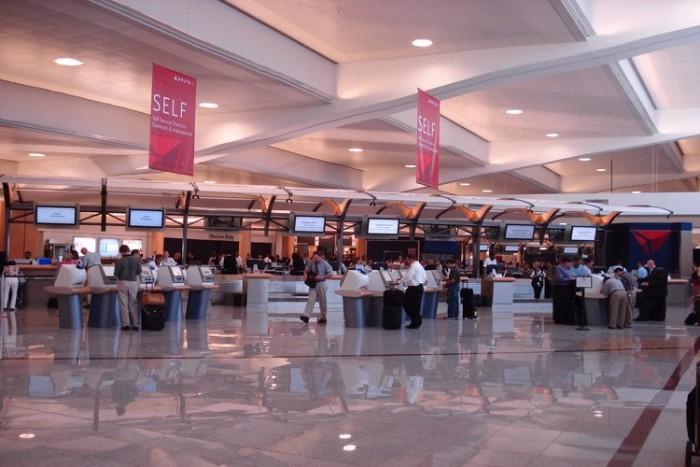 Hartsfield-Jackson Atlanta International Airport شلوغ ترین فرودگاههای جهان شلوغ ترین فرودگاههای جهان Delta check in at ATL