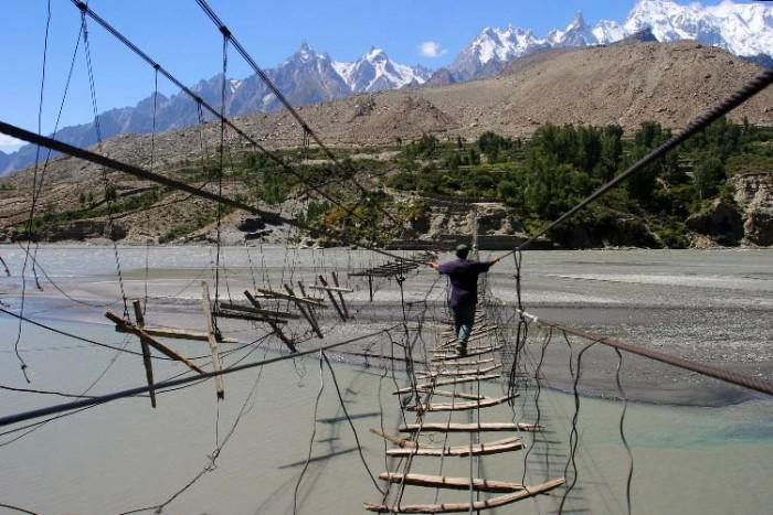 پل حسینی ۱۰ پل که عبور از آنها لرزه به اندامتان میاندازد ۱۰ پل که عبور از آنها لرزه به اندامتان میاندازد dangerous bridge hussaini hanging bridge