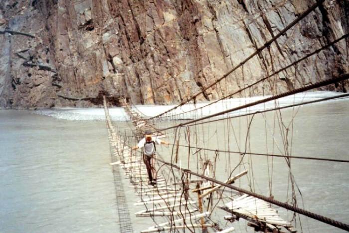 پل حسینی ۱۰ پل که عبور از آنها لرزه به اندامتان میاندازد ۱۰ پل که عبور از آنها لرزه به اندامتان میاندازد dangerous bridge hussaini hanging bridge2